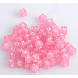 100 perles cubes roses transparents lettre blanche 6mm