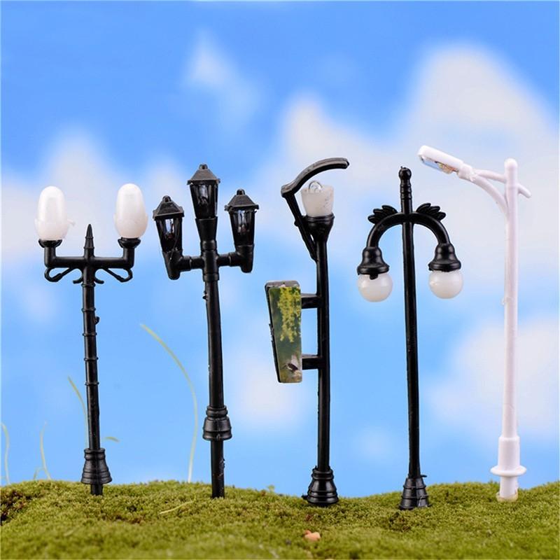 MINIATURE EN PVC : lot de 5 lampadaires hauteur 7cm