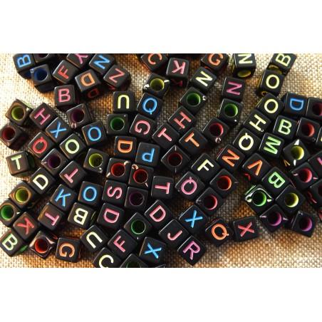100 perles cubes noirs 6 mm avec lettres multicolores