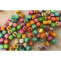 100 perles acryliques cubes multicolores avec lettres jaunes 6mm