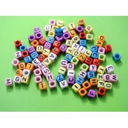 100 perles cubes multicolores avec lettres noires 6mm