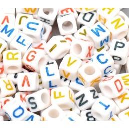 100 perles cubes blancs 6.5 mm avec lettres couleurs