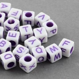 100 perles acryliques cubes couleur blanches lettres mauves 5 mm