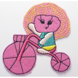 APPLIQUE THERMOCOLLANT : fille sur tricycle rose 80 x65mm