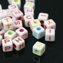 100 perles cubes blancs 7 mm avec lettres couleurs