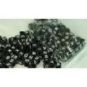 100 perles cubes noirs 6 mm avec lettres blanches
