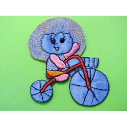 APPLIQUE THERMOCOLLANT : fille sur tricycle bleu 80 x65mm
