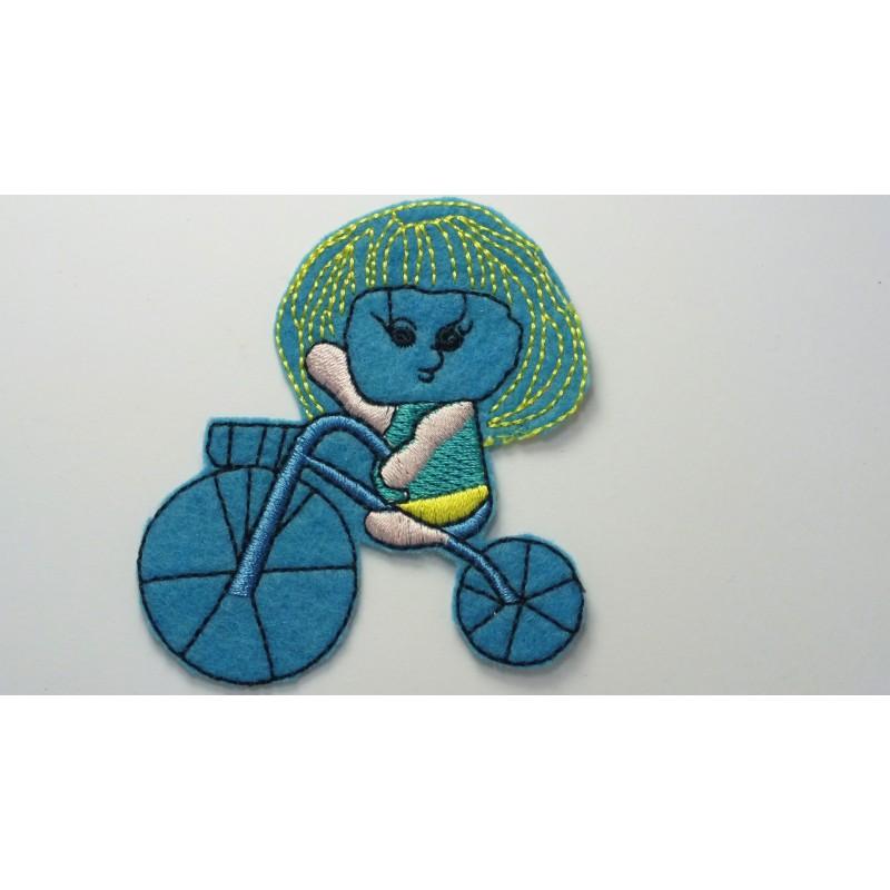 APPLIQUE THERMOCOLLANT : fille sur tricycle bleu 80 x65mm