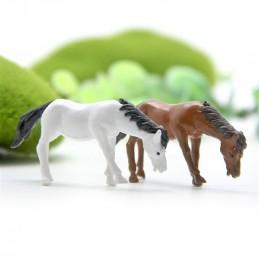 MINIATURE RESINE : lot 2 chevaux blanc et marron longueur 4.4cm